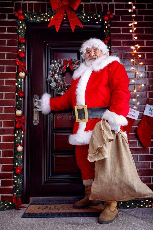 圣诞节概念-有圣诞节礼物的圣诞老人 免版税库存图片