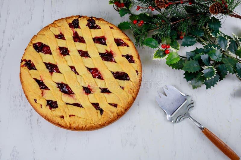 圣诞节樱桃饼蛋糕有木背景 寒假杉树食物点心概念 顶视图,拷贝空间 免版税库存图片
