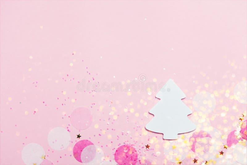 圣诞节欢乐横幅背景:白色圣诞节树和五彩纸屑与sparcling的闪烁和星 库存照片