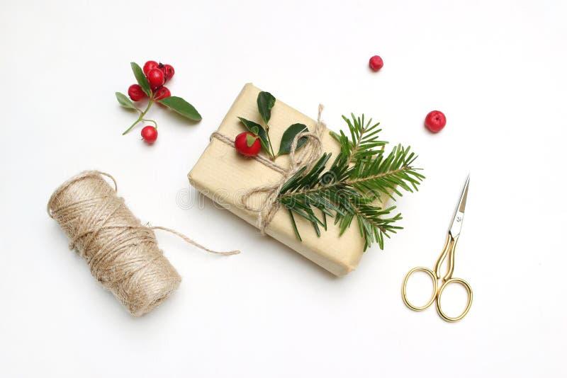 圣诞节欢乐被称呼的储蓄图象构成 手工制造礼物盒用红色莓果,杉树分支,金黄剪刀 免版税库存图片