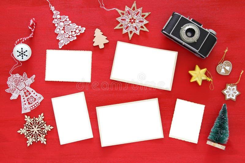 圣诞节欢乐装饰的顶视图图象在老照相机和空的照片框架旁边的 对摄影和剪贴薄蒙太奇 库存照片