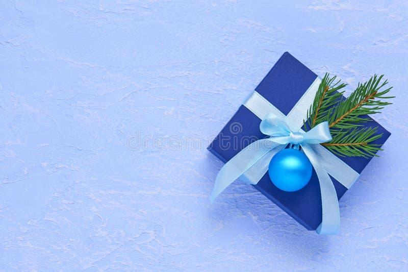 圣诞节深蓝礼物盒,装饰用绿松石丝带, 免版税图库摄影