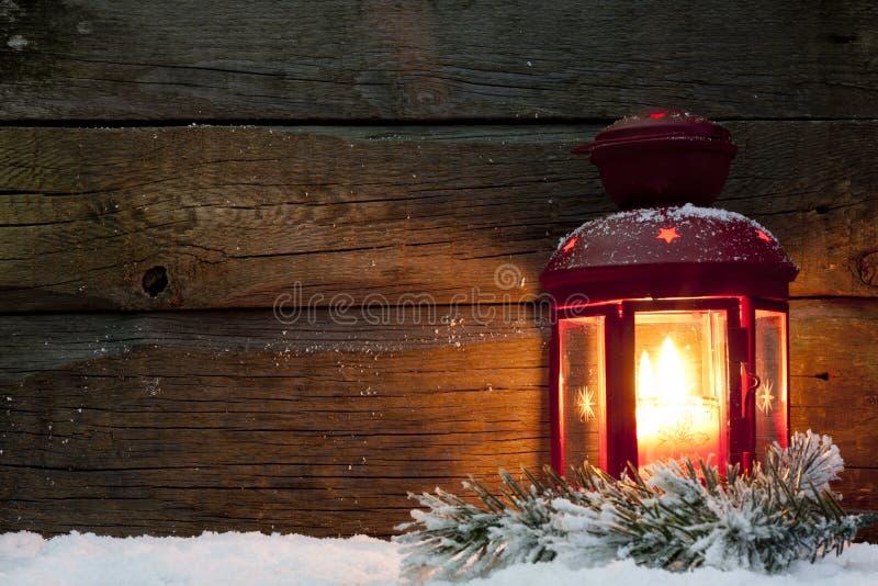 圣诞节灯笼光在雪的晚上 免版税库存照片