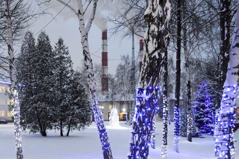 圣诞节炼油厂的装饰和管子 库存图片