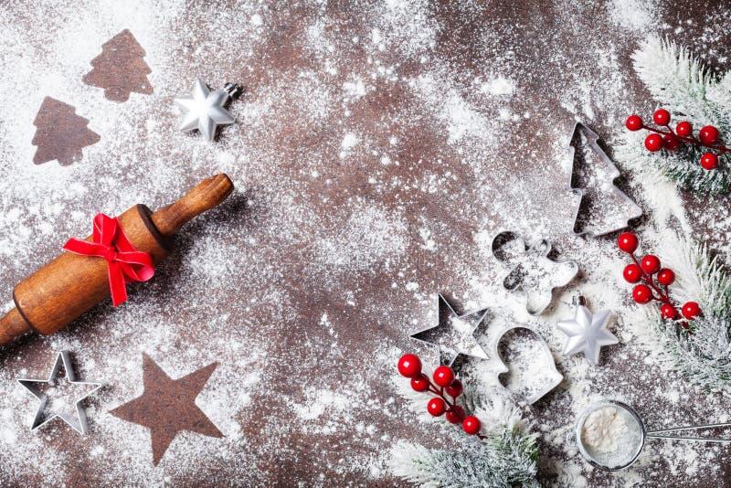 圣诞节烘烤的食物背景用面粉和滚针装饰有杉树顶视图 免版税图库摄影
