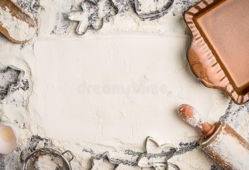 圣诞节烘烤背景用面粉,滚针,曲奇饼切削刀和土气烘烤平底锅,顶视图,文本的地方 库存照片