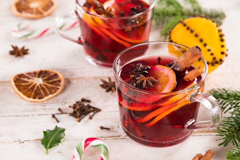 圣诞节热的加香料的热葡萄酒用在木背景的香料 免版税库存图片