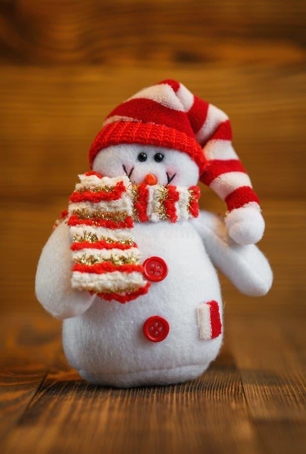 圣诞节玩偶:与帽子和围巾的雪人圣诞节装饰的 库存图片