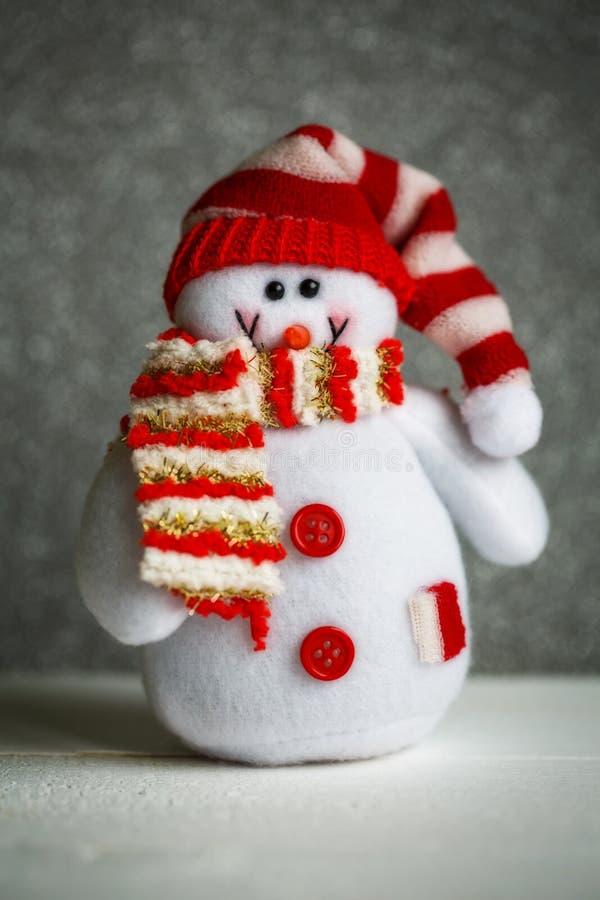 圣诞节玩偶:与帽子和围巾的雪人圣诞节装饰的 库存照片