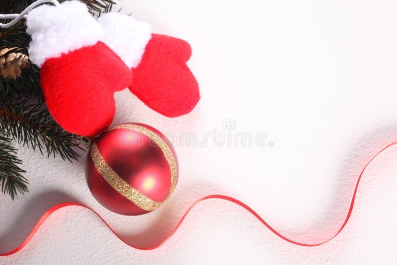 圣诞节球、红色在与拷贝空间的白色背景隔绝的丝带和装饰品 免版税库存照片