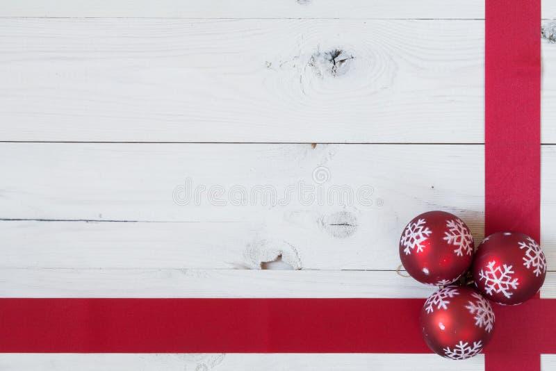 圣诞节球和丝带 免版税图库摄影