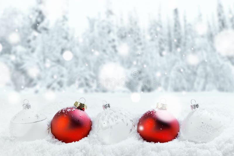 圣诞节球和雪 库存图片