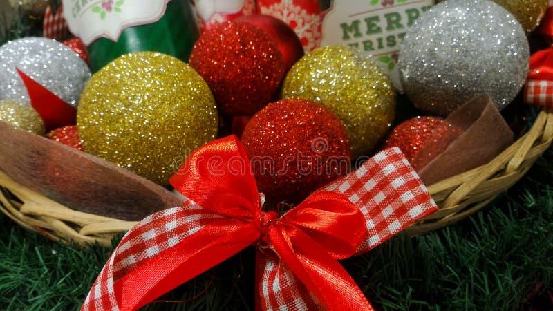 圣诞节球和饼罐在篮子 图库摄影
