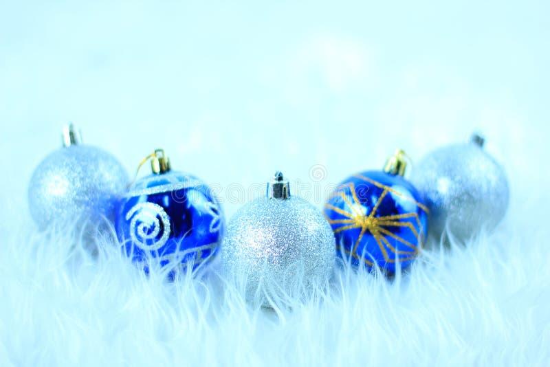 Download 圣诞节球 库存图片. 图片 包括有 圣诞节, 庆祝, 沐浴者, 蓝蓝, 照亮, 红色, 魔术, 欢乐, 季节性 - 22358987