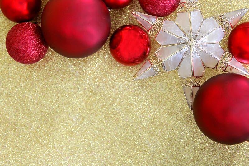 圣诞节电灯泡和星树轻便短大衣构筑的金子闪烁Backgr 图库摄影