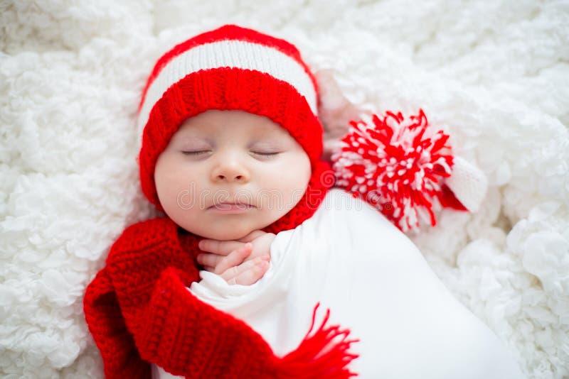 圣诞节画象逗人喜爱的矮小的新出生的男婴,佩带sant 库存照片