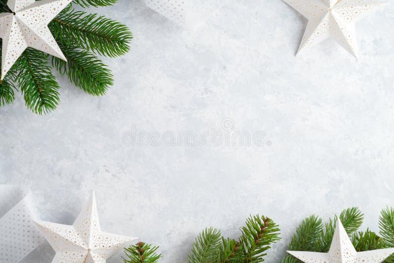圣诞节白色木背景顶视图 新年空间的模板文本的 做广告的,祝贺大模型 节假日 免版税库存图片