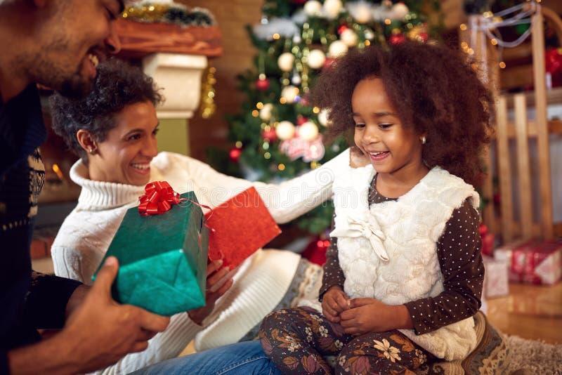 圣诞节的可爱的黑人孩子与父母 免版税库存照片
