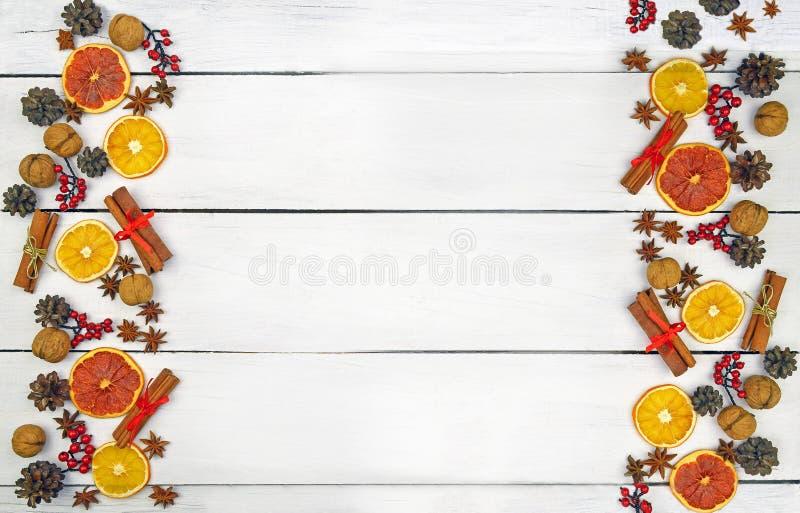 圣诞节的土气背景 烘烤在木背景 免版税库存图片