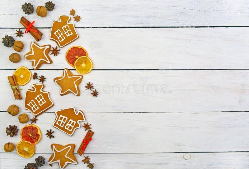 圣诞节的土气背景 烘烤在木背景 免版税库存照片