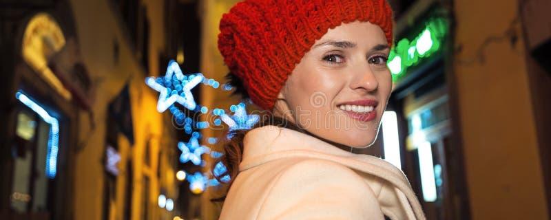 圣诞节的妇女在佛罗伦萨,意大利神奇街道上  图库摄影