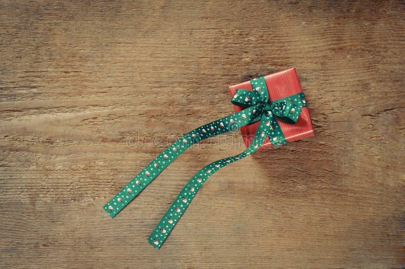 圣诞节的小逗人喜爱的当前箱子在老木背景 库存图片