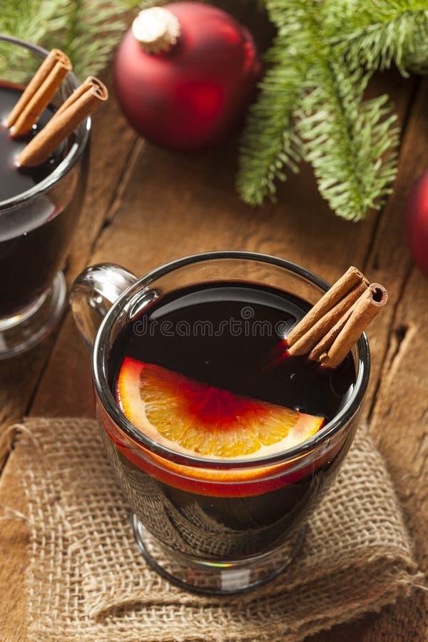 圣诞节的欢乐炽热加香料的酒 库存照片