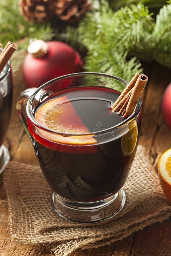 圣诞节的欢乐炽热加香料的酒 免版税库存照片