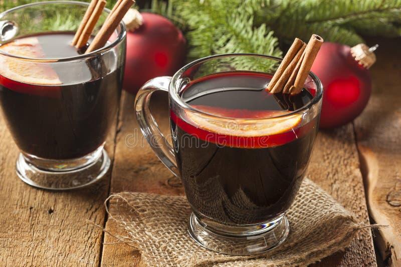圣诞节的欢乐炽热加香料的酒 图库摄影