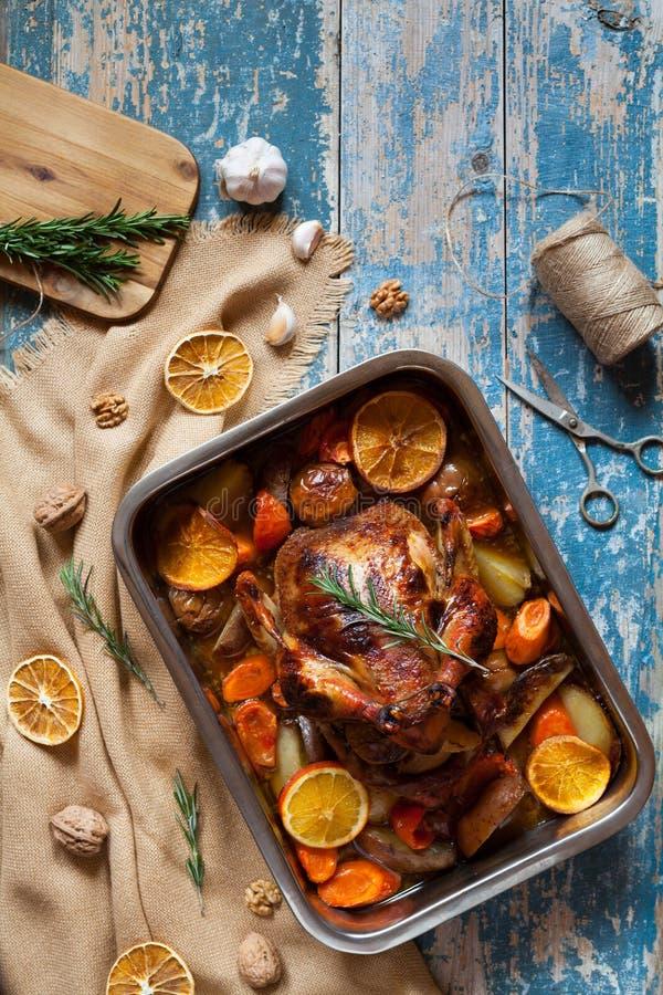 圣诞节的烤鸡与在烘烤盘的酥脆皮肤 免版税库存图片