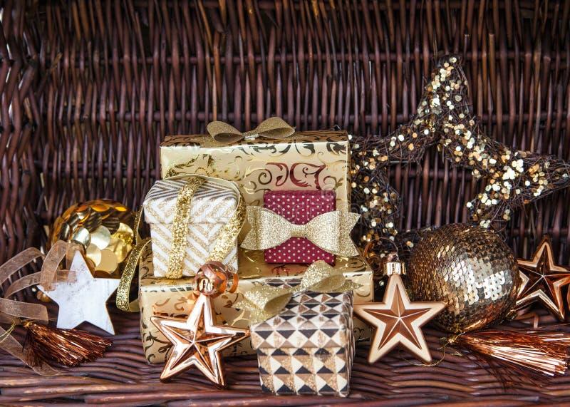 Download 圣诞节的礼物 库存图片. 图片 包括有 装饰品, 丝带, xmas, 沐浴者, noel, 衣服饰物之小金属片 - 62539261