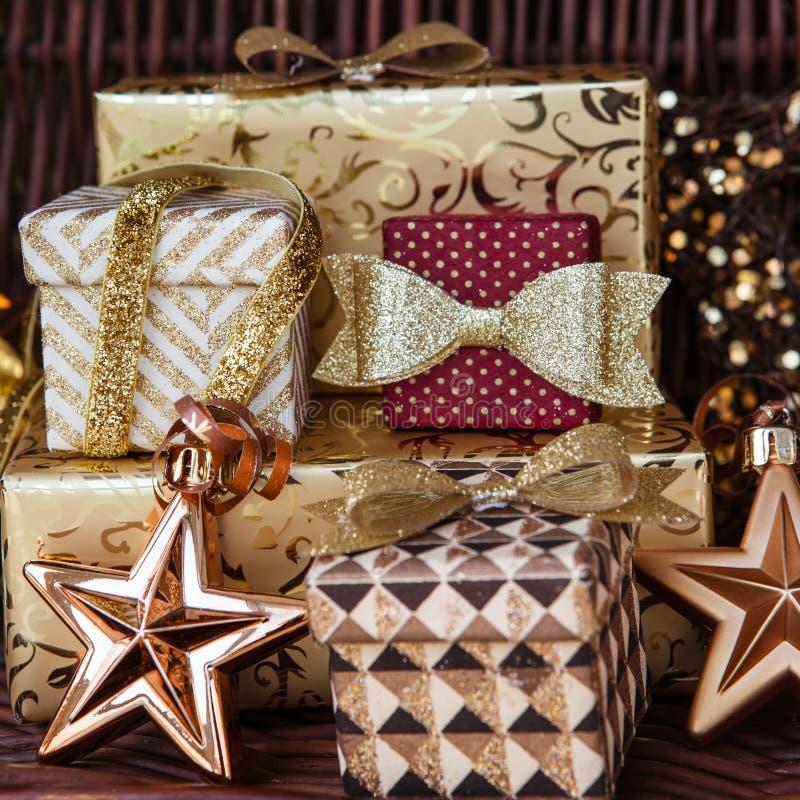 Download 圣诞节的礼物 库存图片. 图片 包括有 衣服饰物之小金属片, 沐浴者, 发光, 土气, 金黄, 详细资料 - 62539349