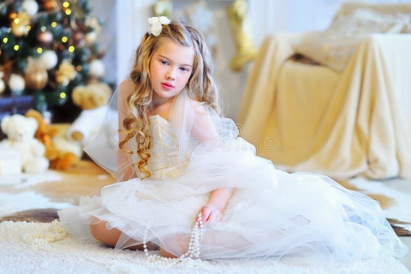 圣诞节的美丽的女孩装饰了内部 免版税库存图片