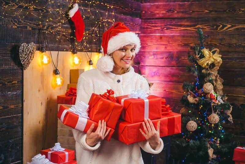 圣诞节的肉欲的女孩 背景圣诞节关闭红色时间 儿童有父亲的乐趣一起使用 真实的情感 戴红色圣诞老人项目帽子的冬天妇女 愉快 免版税图库摄影