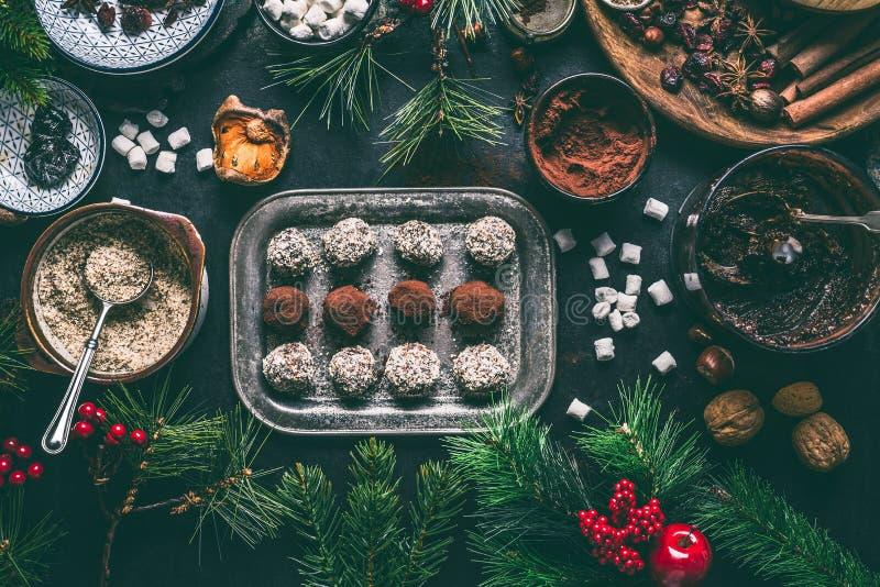 圣诞节的自创素食主义者块菌状巧克力果仁糖用干果子和胡说的混合成份在黑暗的背景,顶视图, 库存图片