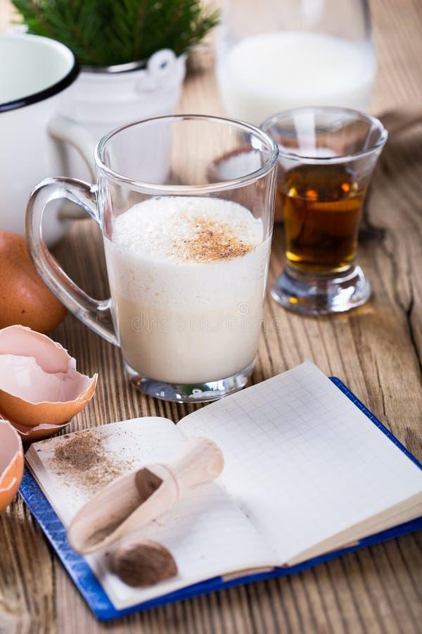 圣诞节的蛋黄乳,在土气木桌, recip上的成份 库存图片