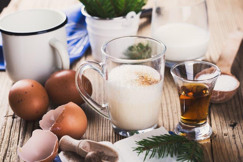圣诞节的蛋黄乳,在土气木桌, recip上的成份 免版税图库摄影