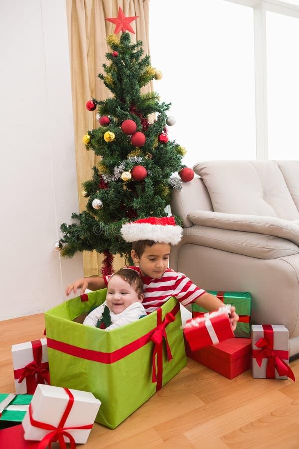 圣诞节的逗人喜爱的男孩和小兄弟 库存图片