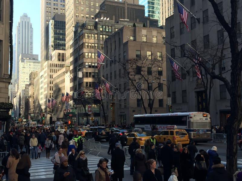 圣诞节的顾客在第五大道,纽约 库存照片