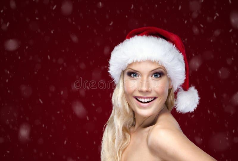 圣诞节盖帽的美丽的妇女 免版税库存照片