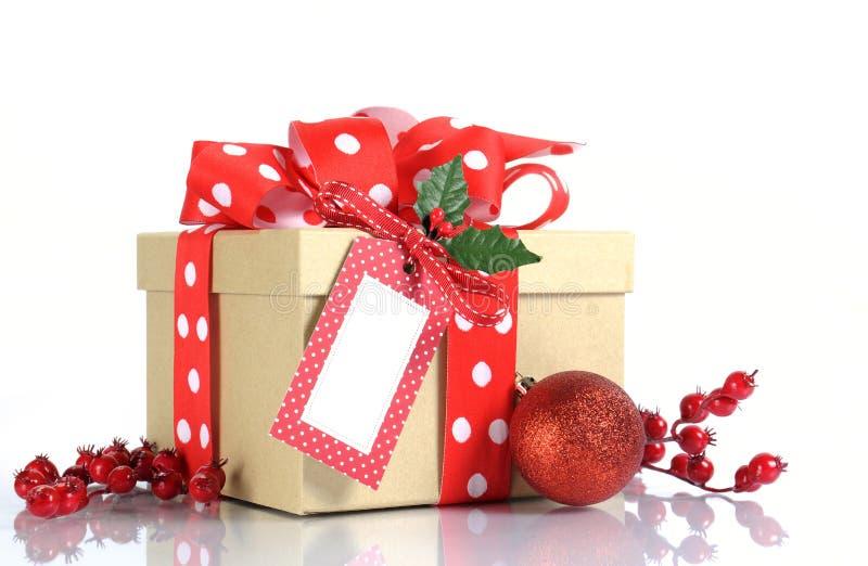 圣诞节礼品包装材料与棕色卡拉服特礼物盒和红色和白色圆点丝带 免版税库存照片