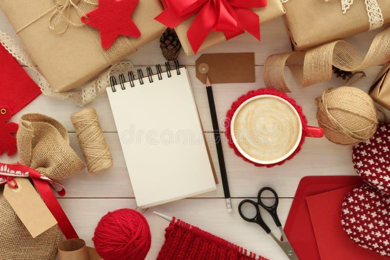 圣诞节礼品包装材料背景 免版税库存照片