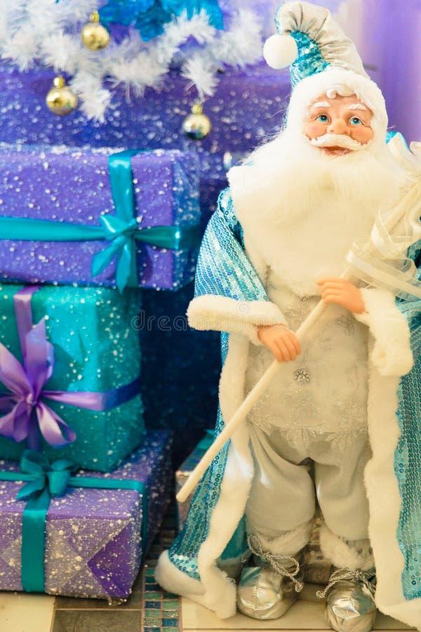 Download 圣诞节礼品圣诞老人 库存图片. 图片 包括有 棚车, 愉快, 存在, 克劳斯, 蓝色, 对象, 背包, 礼品 - 107368385