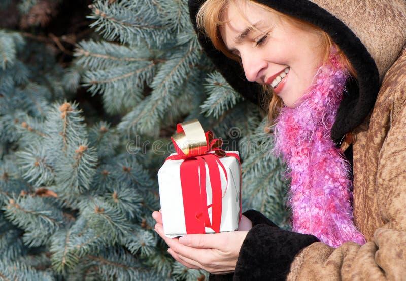 圣诞节礼品女孩年轻人 库存图片