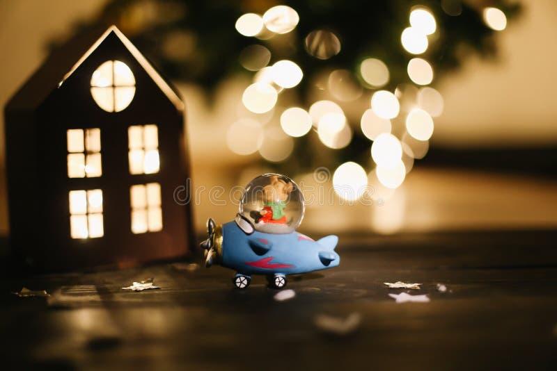 圣诞节礼品 在黑暗的背景的静物画 新年` s光和装饰 库存照片