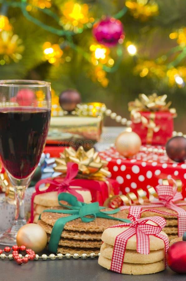 圣诞节礼物、饼干曲奇饼和红葡萄酒 库存图片