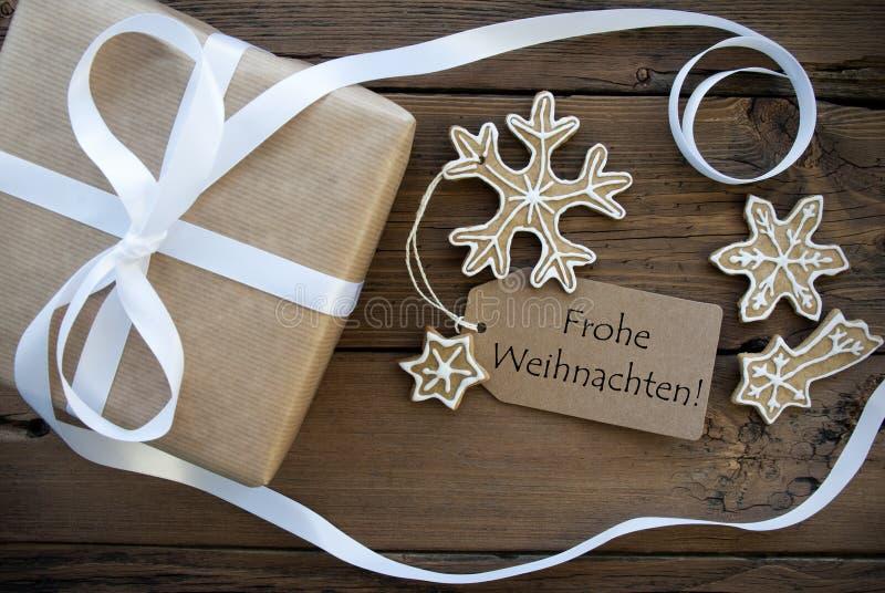 圣诞节礼物和曲奇饼与Frohe Weihnachten标签 库存照片