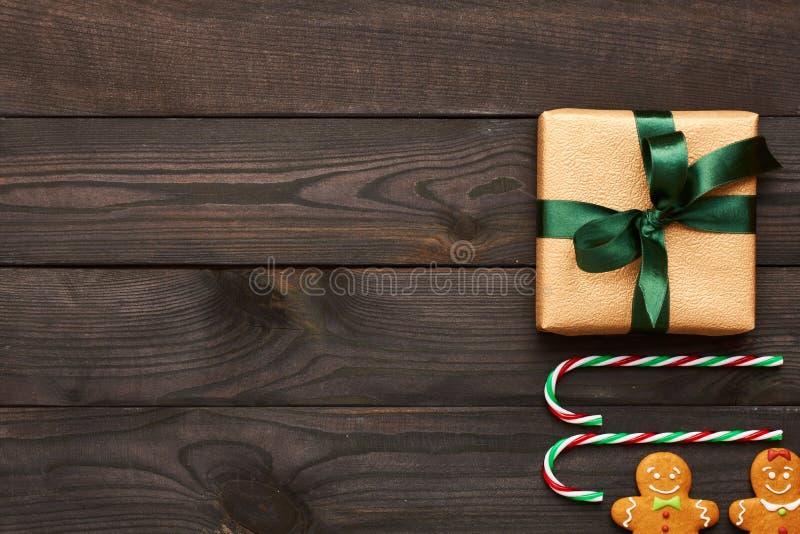 圣诞节礼物和装饰在木背景 免版税库存图片