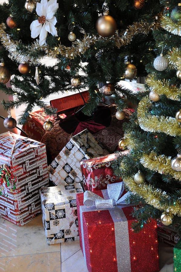 圣诞节礼物在圣诞树下 库存图片