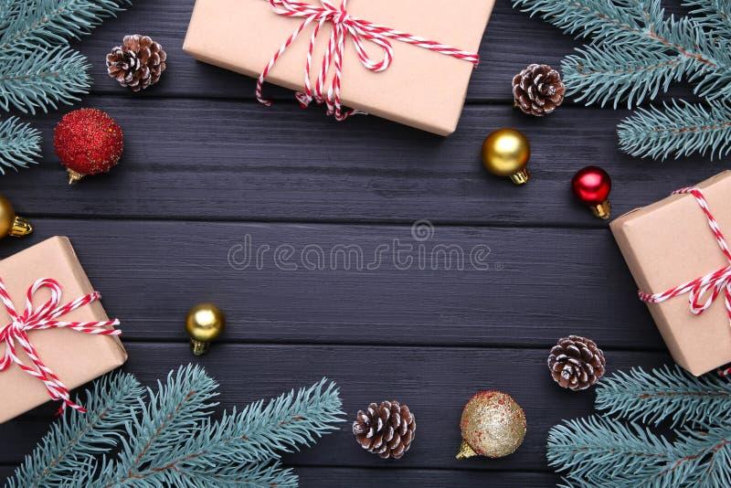圣诞节礼物提出与在黑背景的装饰 免版税库存图片
